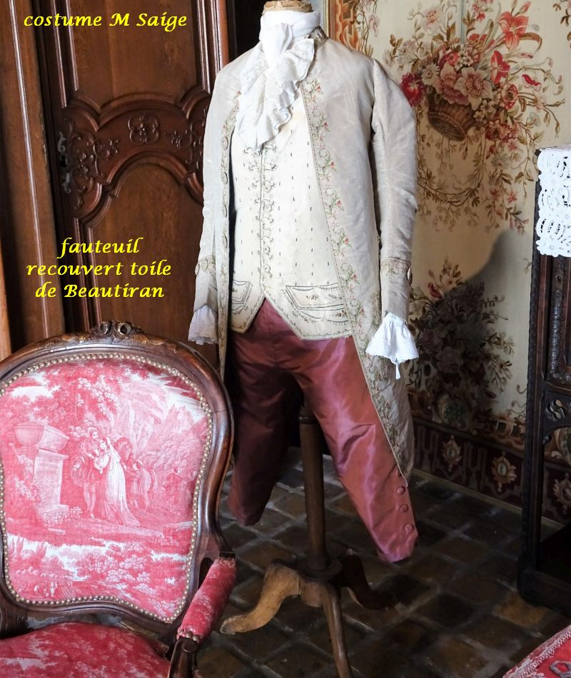 027 costume MSaige et fauteuil toile Beautiran